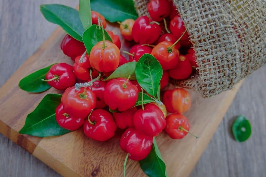 plody aceroly - malpigie, na prkénku