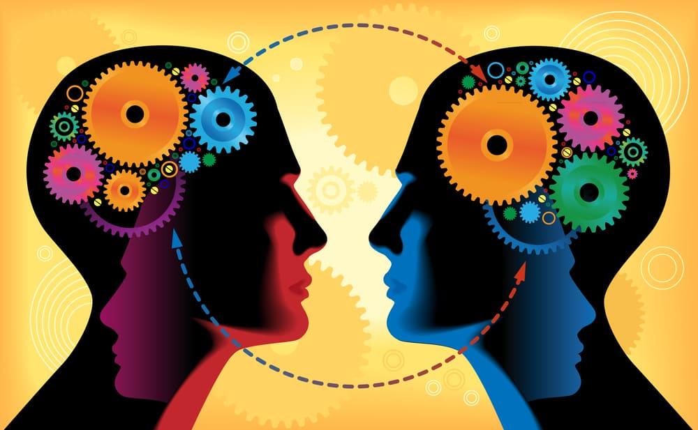 dvě hlavy s kolečky místo mozku