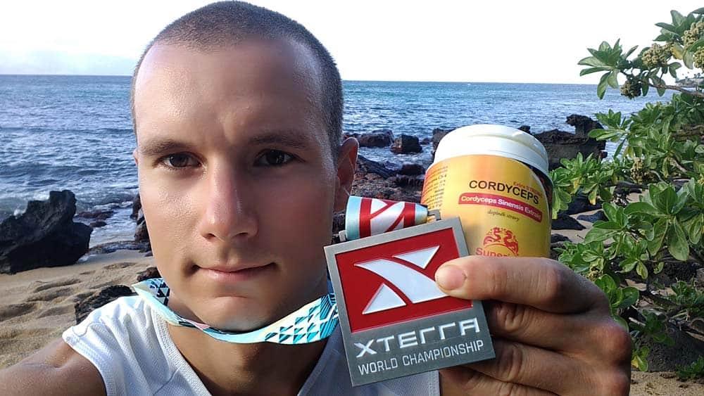 Boris Janata s medailí XTERRA a Cordyceps od Superionherbs