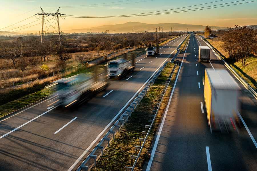 Dvouproudová dálnice v podzimní krajině