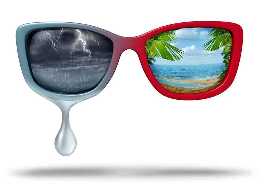 sluneční brýle s odrazem tropického ráje a bouřky