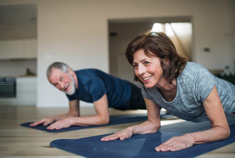 starší pár cvičí jógu