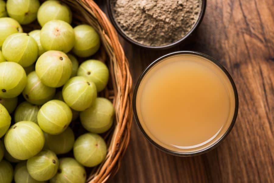 kuličky ovoce amla, šťáva z ovoce a prášek