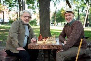Dvojice seniorů hraje šachy