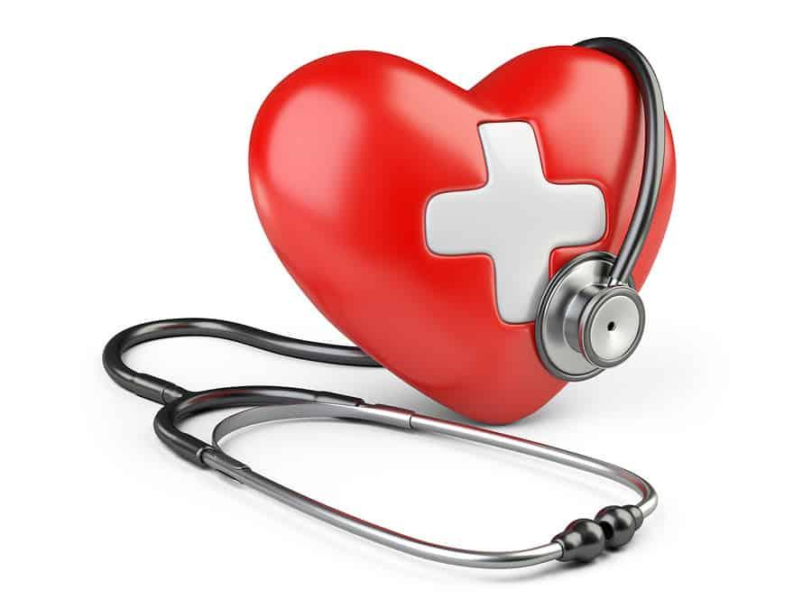 maketa srdce s křížkem ve středu a stetoskop