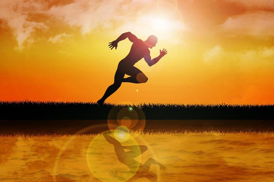 muž běžící při západu slunce