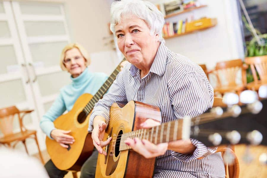 Seniorky hrají na kytaru