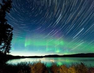 podvečer u jezera a na obloze vír připomínající duchovno