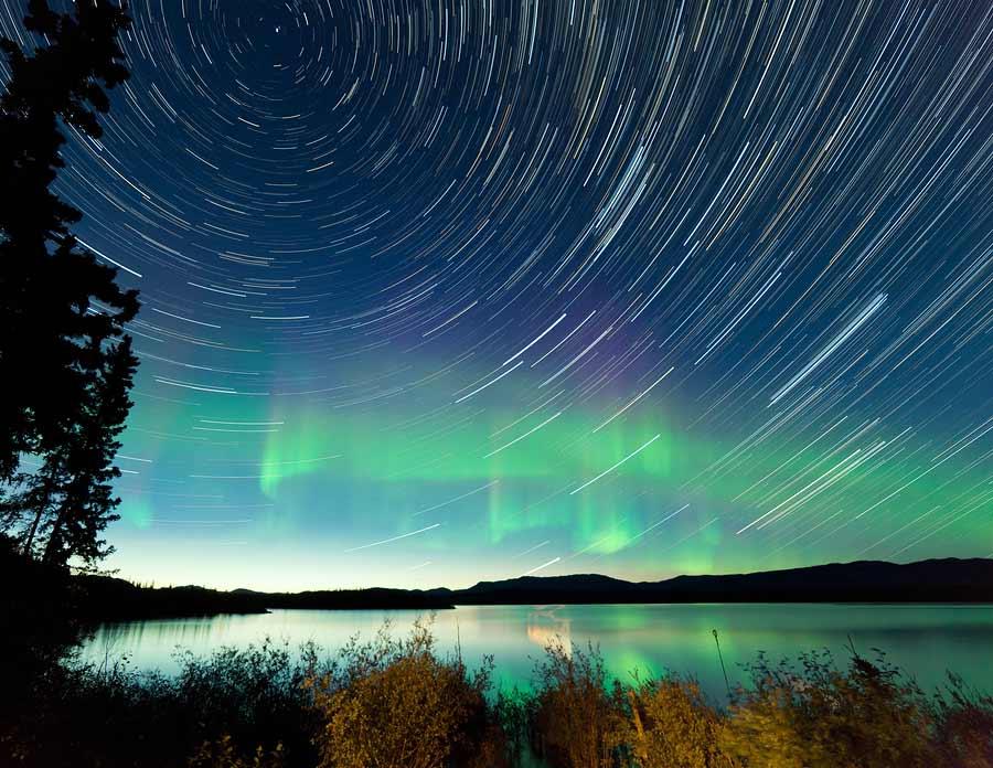 podvečer u jezera a na obloze vír hvězd připomínající duchovno