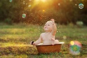 miminko v kyblíku se chladí a chytá bubliny