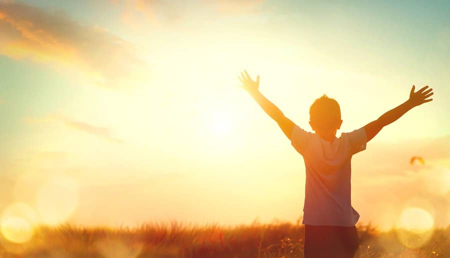 zdravé a spokojené dítě se natahuje k slunci