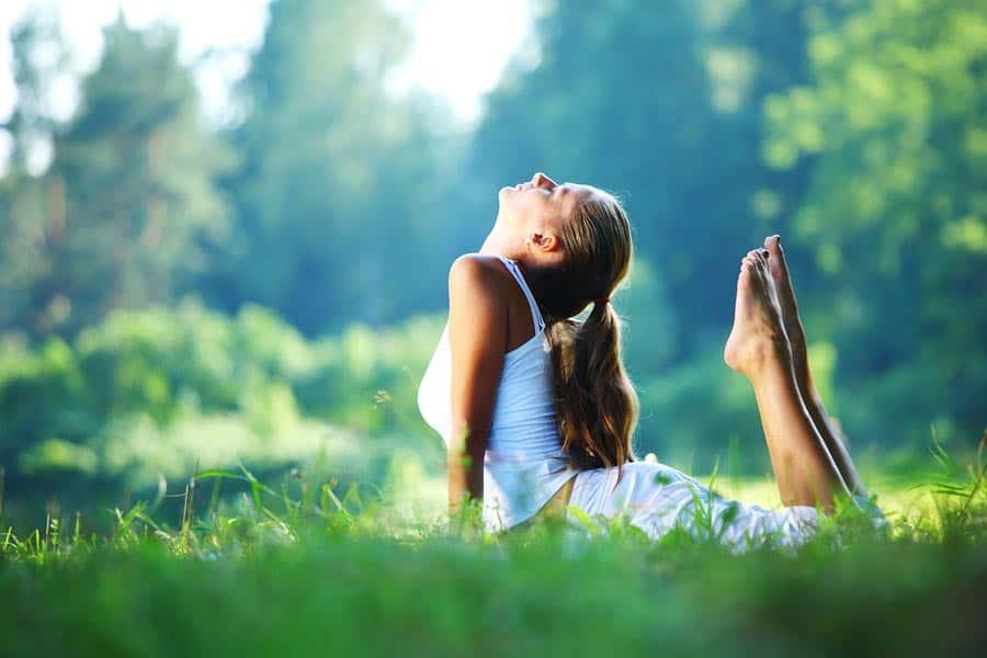 žena cvičí v trávě