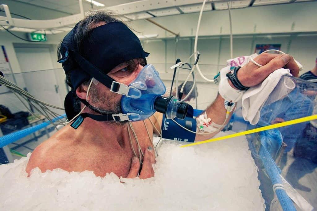 Wim hof při testování pro výzkum - v kádi s ledem