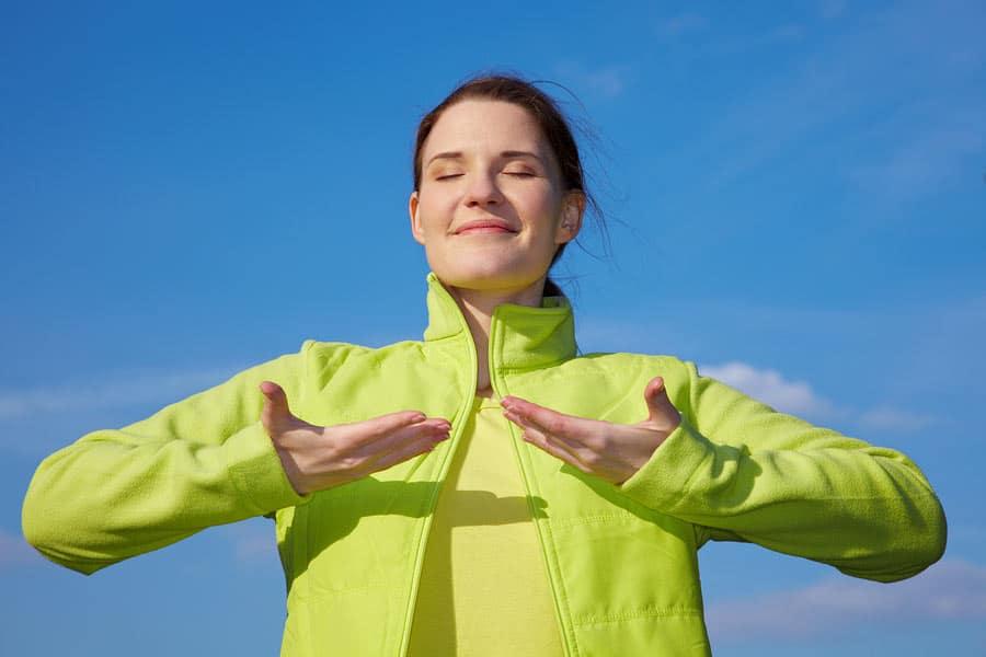 žena se zavřenýma očima cvičí dýchání
